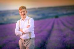 Agricoltore felice nella sua piantagione della lavanda in un giorno soleggiato fotografia stock