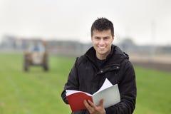 Agricoltore felice sul campo Fotografia Stock