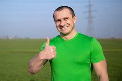 Agricoltore felice (uomo d'affari) che sta nel giacimento di grano sopra il tur del vento Fotografie Stock Libere da Diritti
