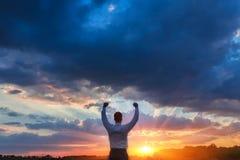 Agricoltore felice, uomo d'affari, stante nel campo con Fotografie Stock