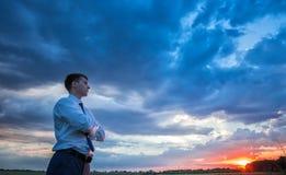 Agricoltore felice, uomo d'affari, stante nel campo con Immagine Stock Libera da Diritti