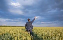 Agricoltore felice, uomo d'affari, stante nel giacimento di grano Fotografia Stock