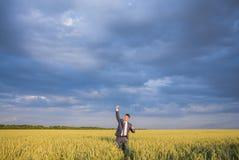 Agricoltore felice, uomo d'affari, stante nel giacimento di grano Immagine Stock Libera da Diritti