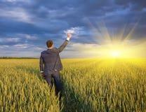 Agricoltore felice, uomo d'affari, stante nel giacimento di grano Fotografie Stock