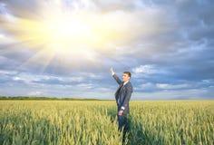 Agricoltore felice, uomo d'affari, stante nel giacimento di grano Fotografia Stock Libera da Diritti