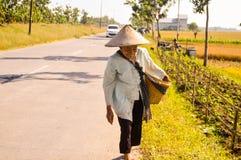 Agricoltore femminile anziano che cammina sulla via Fotografia Stock Libera da Diritti