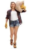 Agricoltore femminile che cammina e che porta un sacco della tela da imballaggio Immagini Stock Libere da Diritti