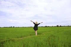 Agricoltore femminile che cammina fra le risaie Immagini Stock Libere da Diritti