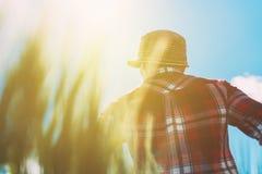 Agricoltore femminile che esamina il sole sull'orizzonte Immagini Stock Libere da Diritti