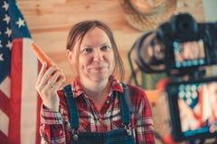 Agricoltore femminile che fa il video sociale del vlog di media fotografia stock libera da diritti