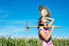 Agricoltore femminile che lavora nel campo di grano Immagini Stock