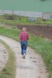 Agricoltore femminile che lavora nell'azienda agricola Immagine Stock Libera da Diritti