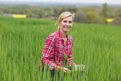 Agricoltore femminile che lavora nell'azienda agricola Fotografia Stock Libera da Diritti