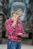 Agricoltore femminile che lavora nell'azienda agricola Fotografie Stock