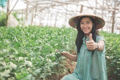 Agricoltore femminile che mostra pollice su Fotografia Stock Libera da Diritti