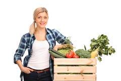 Agricoltore femminile che posa con le verdure Immagine Stock Libera da Diritti
