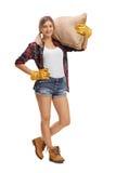 Agricoltore femminile che posa con un sacco della tela da imballaggio Fotografia Stock Libera da Diritti
