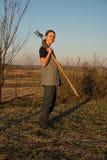 Agricoltore femminile con la vanga Fotografie Stock Libere da Diritti