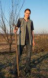 Agricoltore femminile con la vanga Fotografia Stock