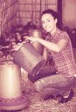 Agricoltore femminile felice nella casa dell'azienda agricola Immagine Stock