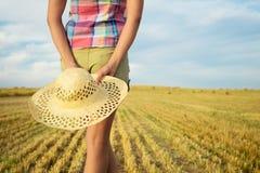 Agricoltore femminile nel campo della campagna Fotografia Stock