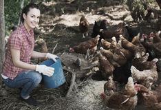 Agricoltore femminile sull'azienda avicola Immagini Stock Libere da Diritti