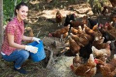 Agricoltore femminile sull'azienda avicola Fotografia Stock Libera da Diritti