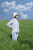 Agricoltore femminile in un campo del weath. Fotografia Stock Libera da Diritti