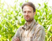 Agricoltore fiero davanti al suo campo di grano Fotografia Stock