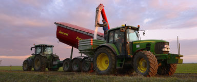 Agricoltore Filling Fertilizer Spreaders con urea Immagini Stock