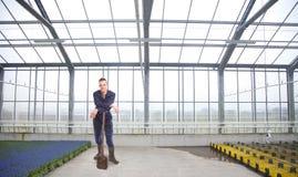 Agricoltore giovane dentro una serra Immagini Stock