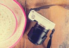 Agricoltore Girly e macchina fotografica bianca per il fondo di vacanze estive di viaggio del pulcino Immagini Stock
