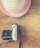 Agricoltore Girly e macchina fotografica bianca per le vacanze estive di viaggio del pulcino Fotografia Stock Libera da Diritti