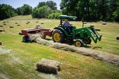 Agricoltore Haying Field Fotografie Stock Libere da Diritti
