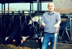 Agricoltore maschio che tiene strumento agricolo Immagini Stock Libere da Diritti
