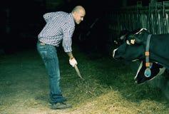 Agricoltore maschio che tiene strumento agricolo Fotografie Stock Libere da Diritti