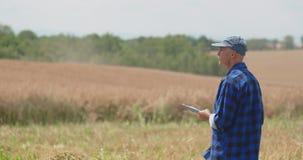 Agricoltore maschio maturo Writing On Clipboard all'azienda agricola Agricoltura moderna video d archivio