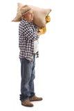 Agricoltore maturo che posa con il sacco della tela da imballaggio sulla sua spalla Immagini Stock Libere da Diritti