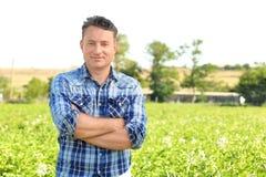 Agricoltore maturo nel campo Fotografia Stock Libera da Diritti