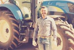 Agricoltore maturo vicino al trattore Immagine Stock