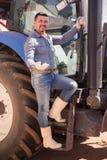 Agricoltore maturo vicino al trattore Fotografia Stock Libera da Diritti