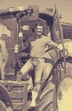 Agricoltore maturo vicino al trattore Fotografie Stock Libere da Diritti