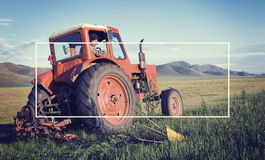 Agricoltore mongolo Driving His Tractor su The Field Fotografia Stock