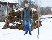 Agricoltore in mucchio di fertilizzante Immagini Stock