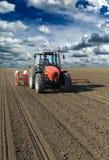 Agricoltore nei raccolti del mais del cereale della semina del trattore Fotografie Stock Libere da Diritti