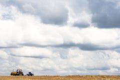 Agricoltore nei raccolti della semina del trattore al campo Immagini Stock Libere da Diritti