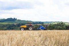 Agricoltore nei raccolti della semina del trattore al campo Fotografia Stock Libera da Diritti