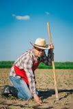 Agricoltore nel campo di grano Fotografia Stock