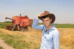 Agricoltore nel campo durante il raccolto Fotografia Stock Libera da Diritti