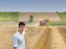 Agricoltore nel campo durante il raccolto Immagine Stock Libera da Diritti